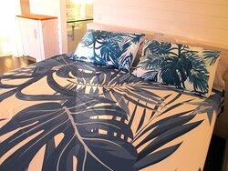 Chambre avec avec lit double queen size orthopédique et un lit double d'appoint du bungalow Aito