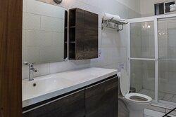 Baños limpios con estandares de seguridad e higiene