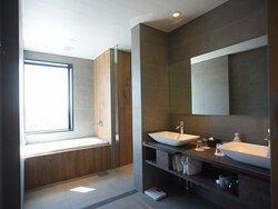 【バスルーム】DXファミリービューバス。洗面台が2台、トイレ・バス別々の仕様。