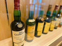 LOUNGE 「深縹~こきはなだ」お酒のディスプレイ!有名なものから無名なものまで逸品があるかも・・・。
