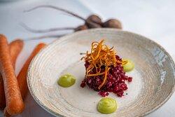Tartar på rödbetor, gräslöksemulsion, kapris och morotscrisp (veg)