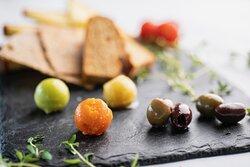 Kökets brioche, quinoaknäcke och kantarellfocaccia serveras med tre sorters smör (timjan, tomat och oliv)