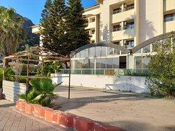 Munamar'ın Plaja sıfır konumda 5 yıldır kapalı hayalet bir bina.  Здание-призрак, которое было закрыто в течение 5 лет в районе пляжа Мунамара.