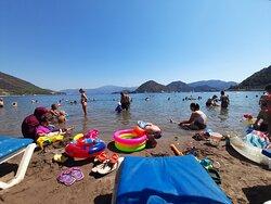 Plajın yoğunluğu.  плотность пляжа.