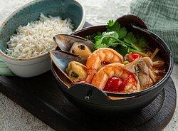 В меру острый тайский суп с характерной кислинкой лайма и сладостью кокосового молока, с рисом басмати, тигровыми креветками, мидиями и вёшенками