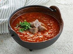 Густой пряный грузинский суп с кусочками отварной говядины, рисом и ароматными восточными специями