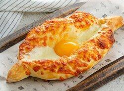 Знаменитая лодочка из дрожжевого теста с сыром сулугуни и яйцом