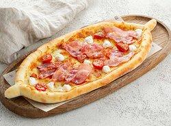 Лодочка из дрожжевого теста с нежной сливочной начинкой из сыра маскарпоне, бекона и сочных томатов