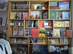 Витрина с книгами в музейном магазине