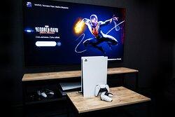 """Все отдельные игровые комнаты оборудованы игровыми приставками Playstation 5 и огромными 65"""" экранами. В наличии все главные эксклюзивы PS5."""