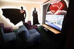 """Superman vs Batman комната с Playstation 5 и огромным 65"""" экраном."""