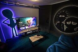 """Рик и Морти комната с Playstation 5 и огромным 65"""" экраном."""