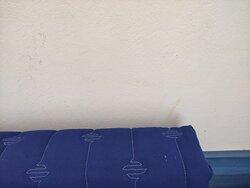 Muro sporco sopra il divano