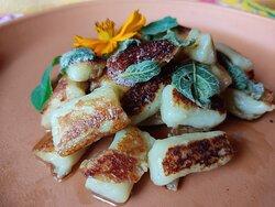 Gnocchi de batata doce com manteiga e sálvia.