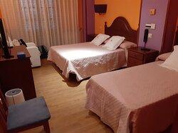 Pequeno cuarto para 3 o 4 (cama plegable)