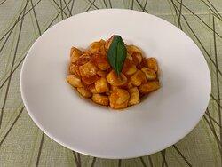 Gnocchi fatti amano con pomodoro e basilico