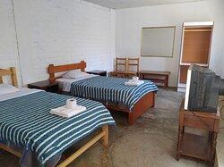 INCLUYE:  🔸 Dos camas de 1/2 plaza cada una                             🔸Baño privado con Agua caliente🚿 🔸Tv - Cable 📺 🔸 Wi-fi en toda nuestra área.  🔸 Teléfono intercomunicador (si desea alguna bebida a su habitación)📞                                                                   CODIGO: 108