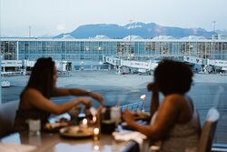 Set against the backdrop of the North Shore mountains and YVR's active runways, Globe@YVR celebrates the flavours of the Pacific Northwest with dishes that highlight sustainable and locally sourced ingredients.