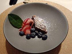 Soggiorno Welponer, 16 Ago 2021 - Trancio di torta brownie con mousse ai lamponi