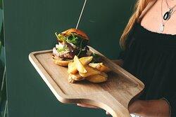 Lomito Burger: Brioche de solomillo de vaca a la brasa, cebolla caramelizada, queso brie y rúcula.