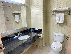 Salle de bain, grande, espace comptoir et cabinet de toilette, propre et serviettes de qualité en bonne quantité