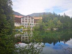 Blick von gegenüberliegendem Ufer des Badersees auf das Hotel