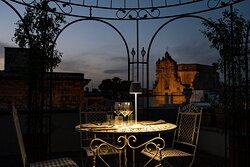 Tavolo per due con sguardo sui tetti di Nardò
