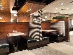 Salle à diner confortable et spacieuse