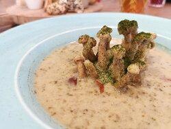 Zupa szczawiowa z puree ziemniaczanym i grzybami shimeji