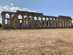 Paestum il sito archeologico mi ha dato un emozione grande … sono rimasta meravigliata da tanta bellezza e cura nei dettagli soprattutto nel museo ogni oggetto esposto vi è la sua didascalia! I templi avrei voluto ammirarli per ore, ma le mie figlie non erano molto d'accordo!!!