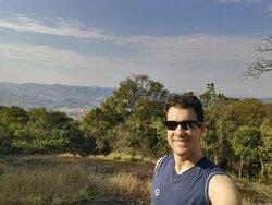 Ivan Mercadante Boscardin no começo da trilha para o Pico do Lobo em Extrema (MG)