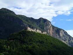 Il castello visto dal paese di Besenello