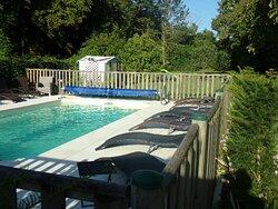 piscine chauffée avec de nombreux sièges de détente tout autour