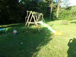 vaste terrain de jeu pour enfants , balançoire , mini terrain de foot, maisonnette  de jeu , baby  foot , ping pong , et d'autres