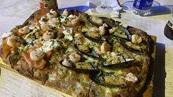 Scrocchiarella salmone, stracciatella, gamberi e cozze gratinate e gamberi