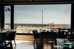 Situado en la entrada de El Carrizal, este Restaurante es perfecto para un almuerzo de negocios o para una cena romántica. Tanto por su ambiente como por sus platos, es la combinación perfecta para el éxito de cualquier tipo de reunión.