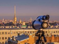 Изучайте достопримечательности Петербурга в деталях с помощью подзорной трубы, установленной на террасе ресторана.