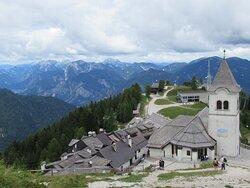 Il Santuario dal retro con vista sulle montagne