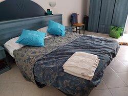 Il letto rifatto dagli addetti pulizie