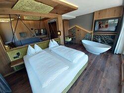 Spa Suite con vasca e Sauna privata; Terrazza con vista bellissima sulle Dolomiti;