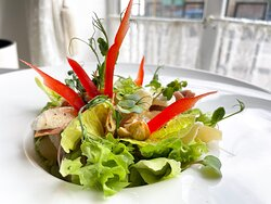 Салат с грушей и прошутто