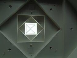 W jednym z dużych pomieszczeń zwróciłem uwagę na bardzo nowoczesną wersję pamirskiego dachu .