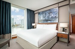 Corner Room with Canary Wharf view