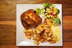 Cordon Bleu mit Bratkartoffeln und Salat. Alternativ mit Pommes Frites