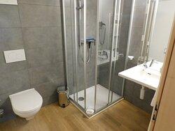 Moderne Dusche, Toilette und Waschgelegenheit