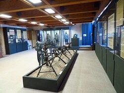 Una sala espositiva del museo: al centro vari tipi di mitragliatrici