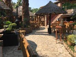 Très belle terrasse  , un bassin avec des poissons . On se croirait en Thaïlande