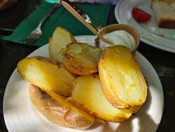 Patatas al caliu con alioli.