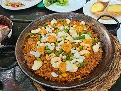 Pella Esparraguerina. Paella con bacalao, espárragos y ajos tiernos Ajo, apio, frutos secos y pescado. La foto muestra la cantidad para 2 personas. Precio: 60 euros (30 euros por persona), (incluyendo los 4 primeros platos, para compartir).