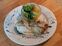 Hähnchenröllchen mit Ricotta-Spinat Füllung, Re7s und Gemüse. Hoorische mit Lachs und Salat.